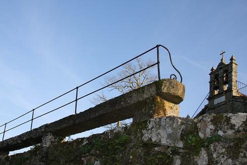 Capela e banco do castro de Troña