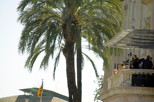 Fallera-balcon-mascleta