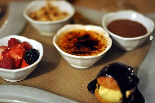 Friske bær, æblecrumble, crème brûlée, chokolademousse og profiterole med is og chokoladesauce
