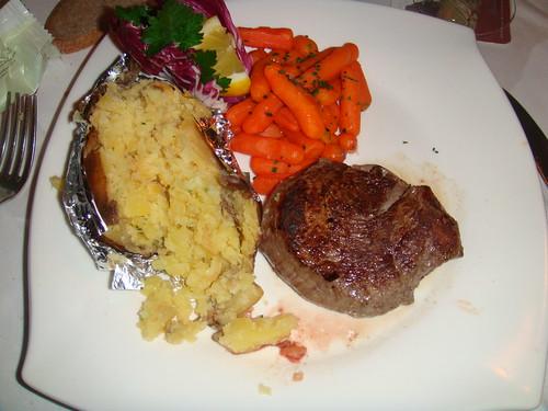 Entrecot con verdura y patata asada