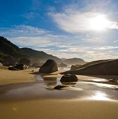 Ranchos Beach (Alê Santos) Tags: sea brazil sky praia beach brasil paraty mar rocks paradise parati céu pedras paraíso trindade rochas