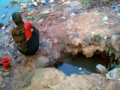 Slum Dwellers Dig Make-Shift Wells for Clean Water