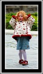 Peliroja (chasquito el roncoso) Tags: portrait jump flickr retrato nia estrellas saltando peliroja nikonflickraward willylluscolorescolorsmadridgenteslugarespeopleabril2009aprilnikond70