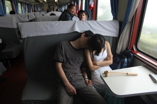 火车上中国人的睡姿
