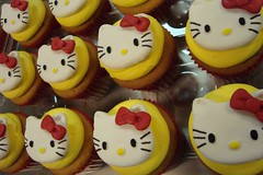 hello kitty cupcakes by debbiedoescakes