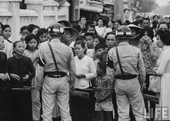 Police holding back a crowd at the An Quang Pagoda as the Buddhist monks are taken away again by the Diem government. 9-1963 par VIETNAM History in Pictures (1962-1963)