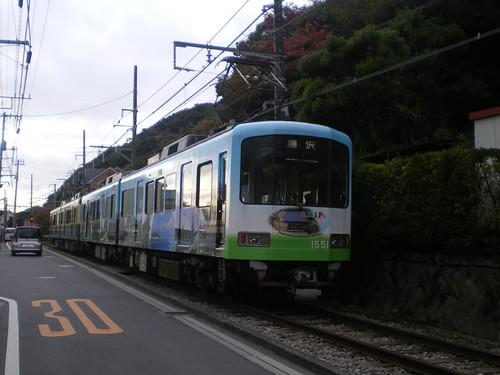 Vía del tren pegada a la carretera