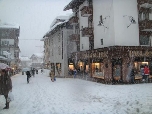 Nevando en la calle del centro de Cortina