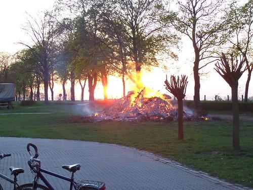 Osterfeuer im Sonnenuntergang