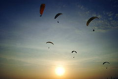 Parapentes (Angel N.) Tags: sky sol lima nikond70 per cielo nubes deporte ocaso miraflores aventura parapente