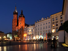 Krakow Main Market Square (david.bank (www.david-bank.com)) Tags: city architecture reflections square twilight cathedral market dusk main poland polska krakow polen marienkirche bluehour rynek stmarysbasilica kocimariacki kocimariackiwkrakowie rynekkrakowski rynekgwnywkrakowie