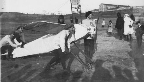 Aviones caseros en un carnaval en los años 20. Escuela de gimnasia de Toledo. Fotografía Rodríguez