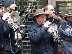 Schalmeigruppe (stravenue42) Tags: kln cologne karneval carnival rosemonday rosenmontag shalm shawm schalmeigruppe schalmeiband shalmband shawmband instrument brass brassinstrument horn horns kllealaaf schalmei weirdhorninstrument instrumentmadeoutofhorns manyhornedinstrument