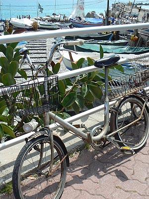 vélo sur le port.jpg