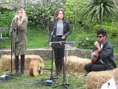 Daisy Dares You sings for Sony Ericsson's Pocket TV (Pocket TV) Tags: sonyericsson pockettv mattedmondson daisydaresyoudailydaresyou