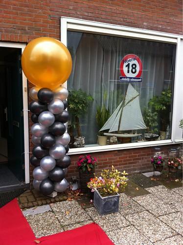 Ballonpilaar Breed Zwart Zilver met Gouden Topballon