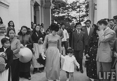6-1962 Mrs. Dinh Nhu Ngo leaving church with 2yr.old daughter par VIETNAM History in Pictures (1962-1963)
