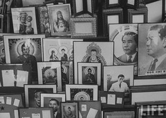 Pictures of Christ, Buddha and Pres. Ngo Dinh Diem of South Vietnam. 7-1961 par VIETNAM History in Pictures (1962-1963)