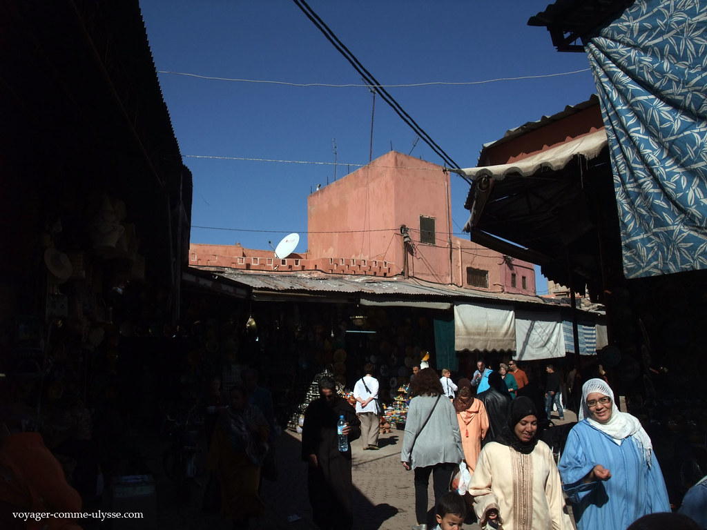 On aperçoit toujours les murs rouges se découpant sur le bleu du ciel, caractéristique de Marrakech