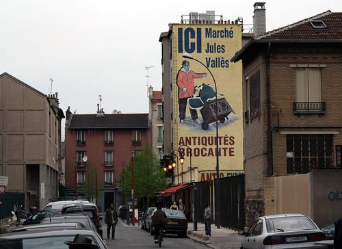 Superbe entrée du marché Jules Vallès, indiquée par ce mur dimmeuble entièrement peint