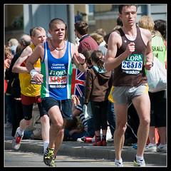 (Stuart-Lee) Tags: uk england man men london action marathon candid running runners shorts athletes runner 26518 31520 claphamchasers londonmarathon2009 floramarathon2009