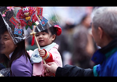 Hold tight (James Yeung) Tags: hongkong kid victoriapark streetphoto flowermarket jaychou