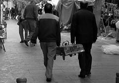 Con el  Mercedes a cuestas/Carrying the Mercedes (Joe Lomas) Tags: madrid street leica urban espaa car spain candid reality streetphoto urbano pedal urbanphoto realidad callejero elrastro oldtoy robados realphoto fotourbana fotoenlacalle fotoreal jugueteantiguo photostakenwithaleica leicaphoto cocheapedales