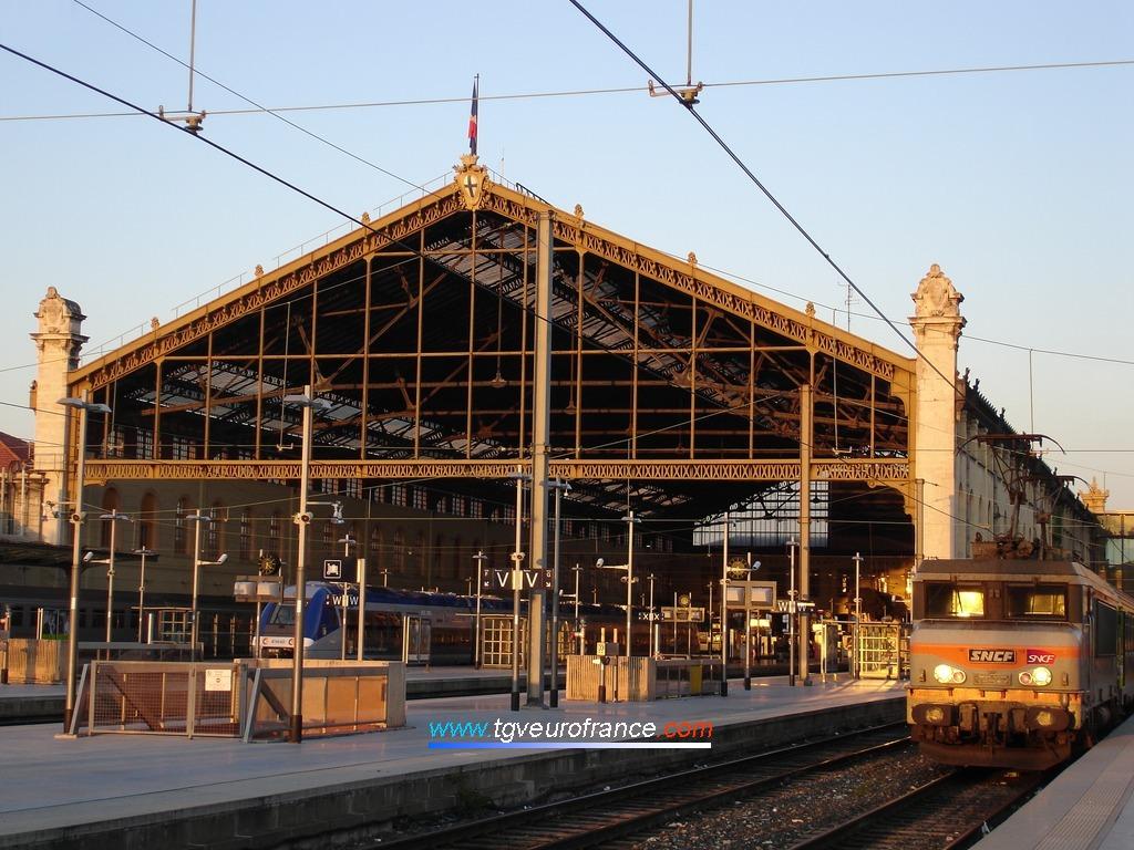 Lever du jour en gare Saint-Charles à Marseille