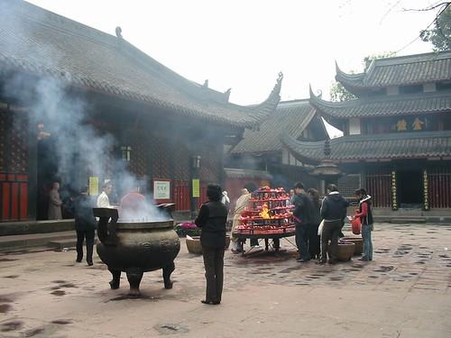 Offerende Chinezen, stinkend naar de wierook