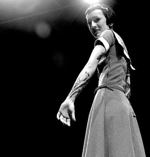 [フリー画像] 人物, 女性, 刺青・タトゥー, モノクロ写真, ショートヘア, 201104050500