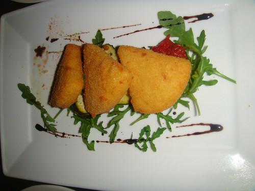 Provolone empanado con compota de tomate al modense