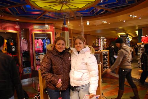 Oyuki Y Yo En La Tienda De Souvenir by itziponce.