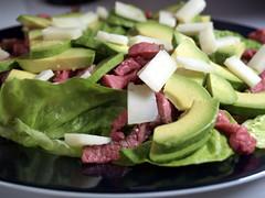 Salat med oksekød, gedeost og avocado