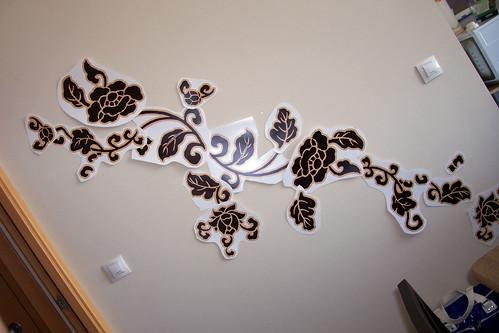 detalle de decoracion en pared con adhesivos