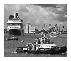 IMG_A5915fl (Photolab.AJ) Tags: ocean city cruise sky bw white haven black holland water netherlands dutch clouds canon boot harbor boat town rotterdam ship traffic harbour nederland wolken victoria queen cranes busy mooring tug lucht maas inland could cruiser cunard navigation pilot patrol stad seaport druk nieuwe liner navigating gantry wolk kranen the zuidholland sleepboot qv schip loods verkeer plaats binnenvaart g9 aanmeren rotterdamse gantries port paybas havenstad photolabaj navigeren rotterdam binnenlopen aanlopen
