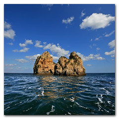 Kong Island - Ponta da Piedade, Portugal (s0ulsurfing) Tags: blue light shadow sea sky cloud sunlight seascape color colour reflection portugal water weather rock clouds contrast reflections square island bay coast rocks skies shadows wind vibrant wide fluffy wideangle tourist fresh stack kong wash coastal foam cumulus april getty kingkong coastline nautical algarve humilis 2009 squared nube bold foreground stacks meteorology nephology 10mm sigma1020 s0ulsurfing pontadapiedade westernalgarve cumulushumilis vertorama vosplusbellesphotos