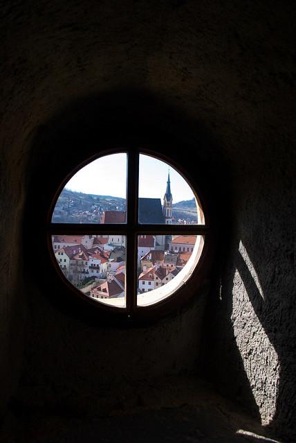 Cesky Krumlov 庫倫諾夫:窗外的美景,讓我迫不急待的想往上爬~
