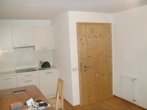 Cocina y puerta de entrada al apartamento