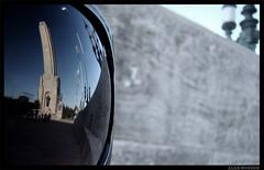 A lo lejos... (Alan Monzón) Tags: monumento reflejo rosario