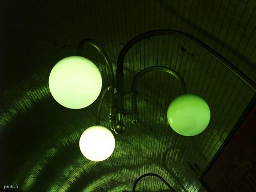 Les lampadaires sont des globes lumineux verts