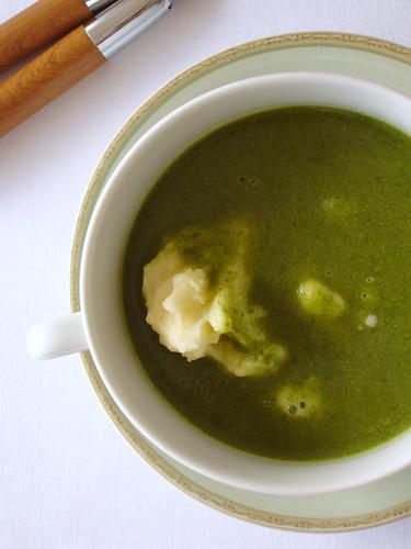 Spinach soup with creamy mustard potato mash / Sopa de espinafre com purê de batata e mostarda
