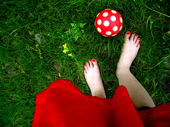 red visit | piros ltogats (artkele) Tags: red summer green grass ball foot nikon leg vivid skirt dotted nailpolish l4 piros zld nyr szoknya labda lny lb f pttys lbfej lbujj krmlakk footfinger artkele ballacsnge csngeballa