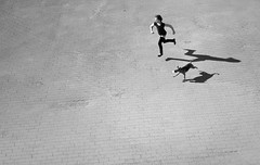 (atomareaufruestung) Tags: dog playing berlin girl race play abril running alexanderplatz april fernsehturm mitte tvtower 2010 guessedberlin gwbgzzt girlrunningwithdoggirl racingduel