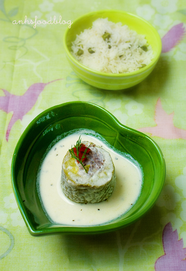 Stuffed zucchini with yoghurt sauce
