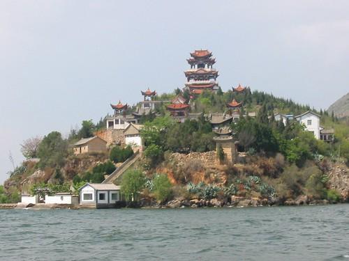 Tempeltje van op de boot gezien