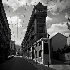 Grenoble or New York City?? (Julien Ratel ( Jll Jnsson )) Tags: road street nyc friends sky bw white newyork black building architecture clouds grenoble canon noir perspective nb tokina route ciel hugs thin fin nuages rue narrow blanc newyorknewyork batiment bisous pointdefuite troit escapepoint 1224f4 francksinatra eos40d julienratel julienratelphotography carrfranais sebbram ivanlukasevic dbx60