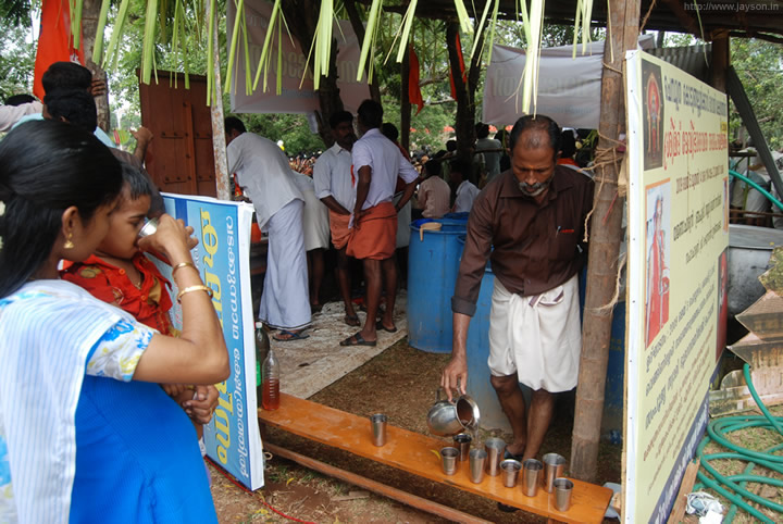 thrissur pooram - Volunteers giving out drinking water