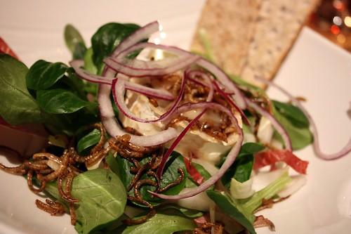 Michany salat s moucnymi cervy a rozpoustejicim se kozim syrem