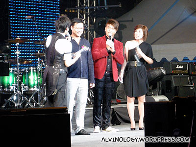 omy and Lianhe Wanbao Editor, Chua Chim Kang giving out an award to Derrick Hoh