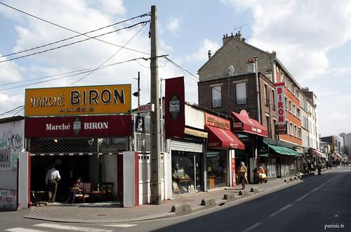 Une des entrées des allées du marché Biron